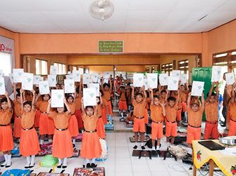 Through school visits Henkel's Sustainability Ambassadors are engaged to inspire kids for sustainability topics, like here in Indonesia.
